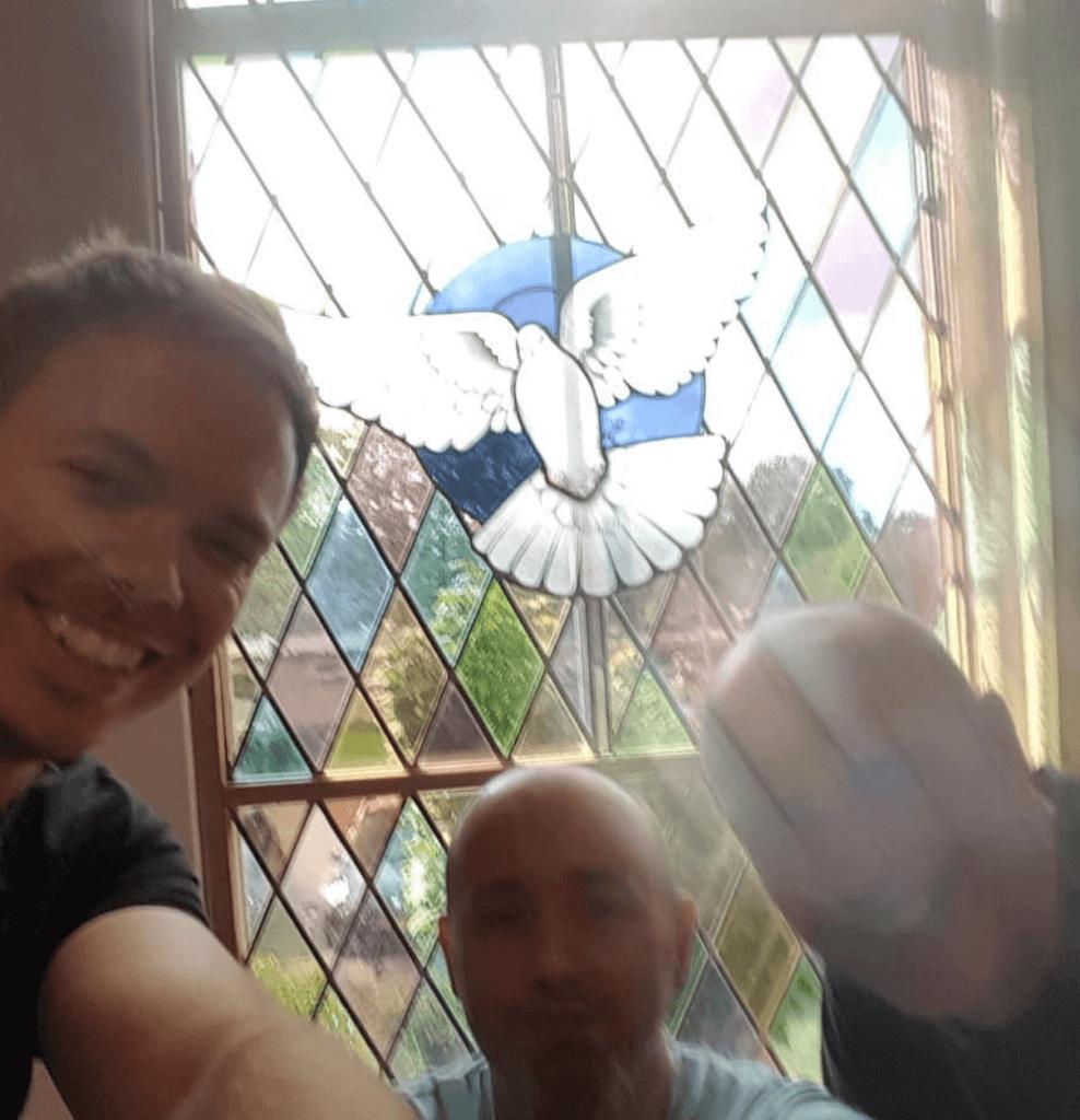 vreugde selfie vredesduif, petruskerk wapenveld, brandglass