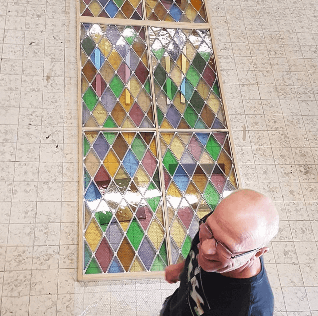 Rob Poelman inspecteerd het glas in lood te zwolle, Brandglass