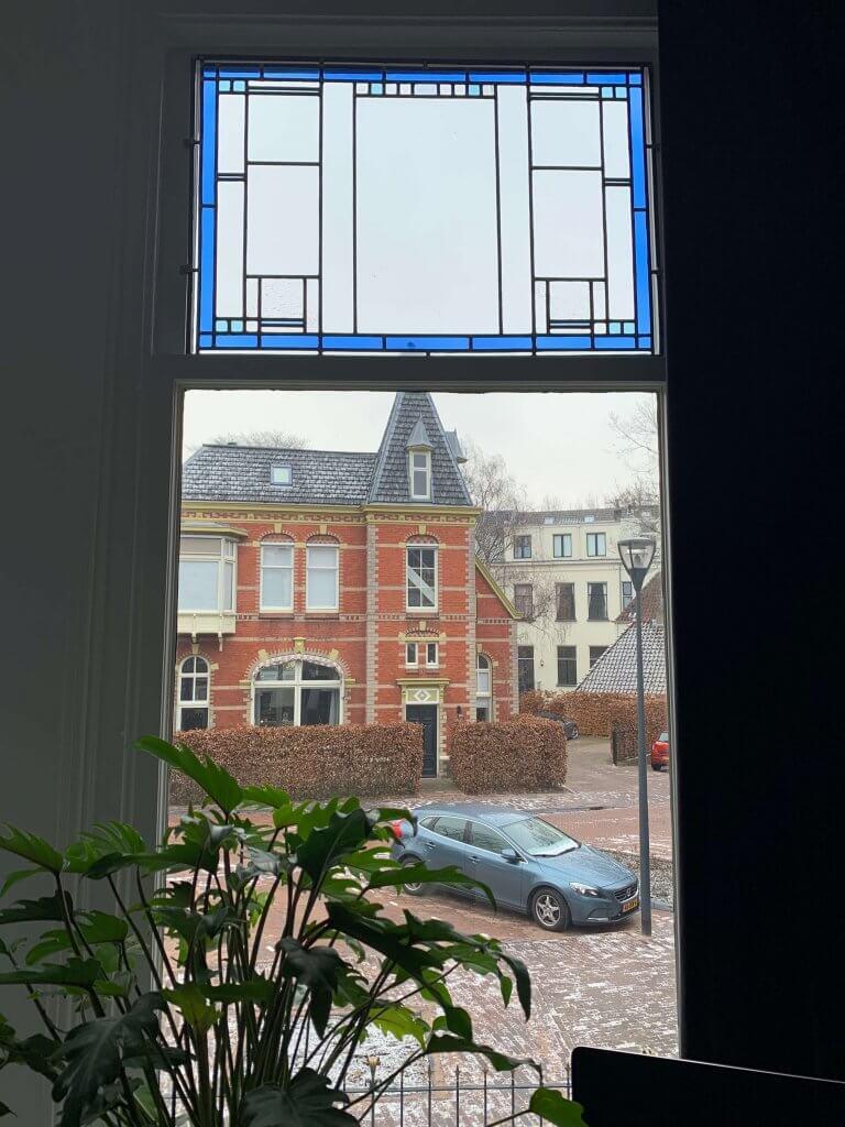 Op maat gemaakt glas in lood bovenraam in Zwolle. Prachtige sfeer voor het interieur. Op maat gemaakt door Brandglass