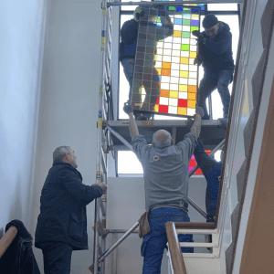 Tijdens de herbestemming van het Hobbemahuis, voorheen de Hobbemaschool in Zwolle werken Brandglass, Cibap en DeltaWonen samen aan het tot stand brengen van een groot dubbelglas raam