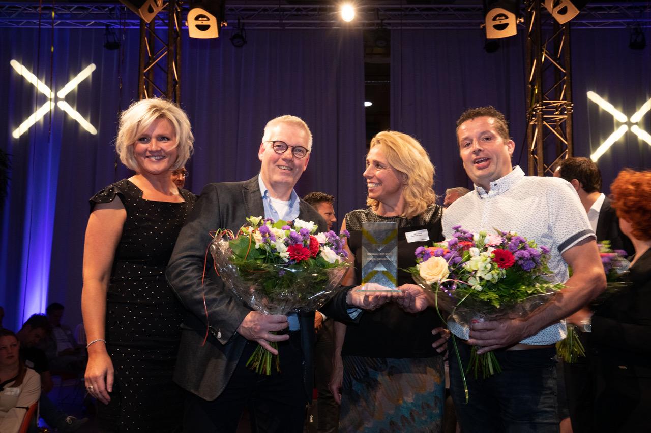 Zwolle - Clemens Damen en Geert Lindenhols met de Vlega-gehaktbal zijn de winnaars van de XIC-award die donderdagavond werd uitgereikt in het IJsseldelta Center in Zwolle.  Foto Freddy Schinkel, IJsselmuiden © 270619